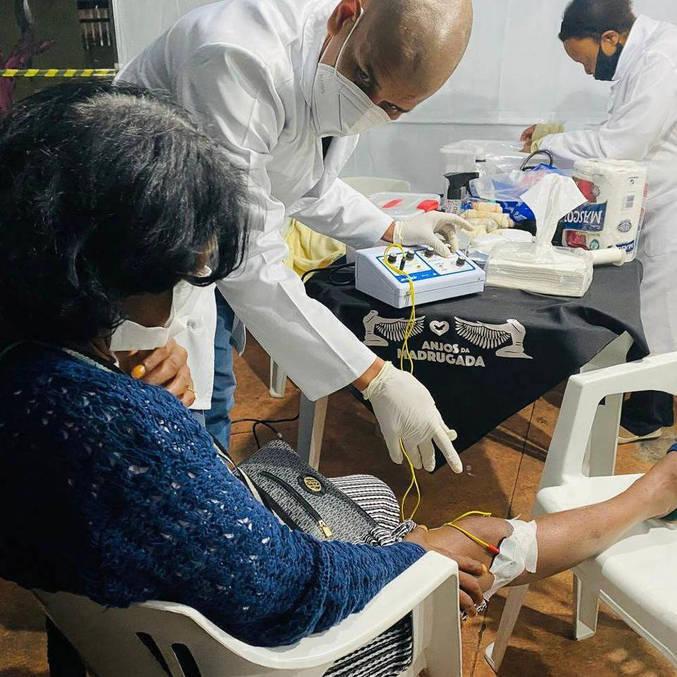Programa social Anjos da Madrugada atende moradores de rua, trocando curativos e aferindo a pressão