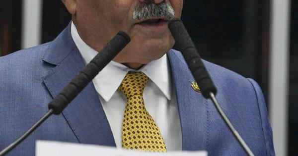 Barroso determina afastamento de senador flagrado com dinheiro