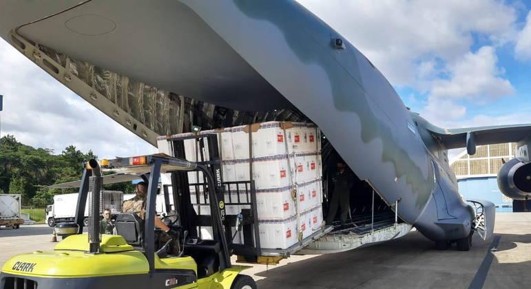 Avião da Força Aérea é carregado com lotes da vacina CoronaVac
