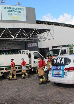 Carregamento de oxigênio em frente ao hospital que pegou fogo