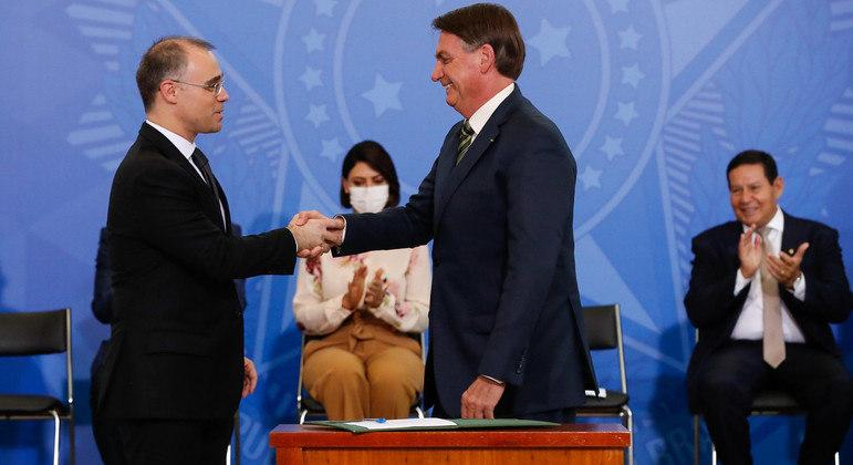 Jair Bolsonaro deu posse a Mendonça na AGU em abril do ano passado