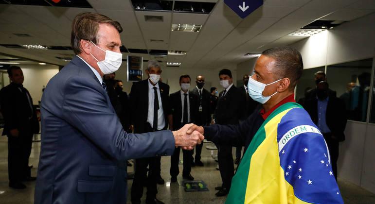 Bolsonaro recepcionou Robson, ex-funcionário do jogador Fernando que estava preso na Rússia