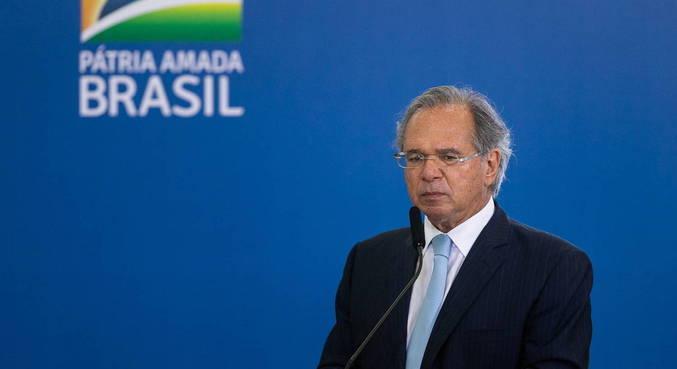 Mesmo sob pressão, Paulo Guedes deverá ficar no comando da Economia