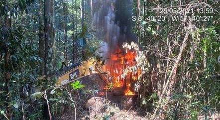 Retroescavadeira foi incendiada pelos agentes