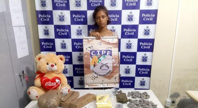 Jovem foi encontrada com cocaína e dinheiro dentro de urso de pelúcia