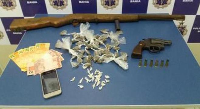 Foram encontrados um revólver de calibre 38, uma espingarda com munição, dezenas de trouxas com drogas