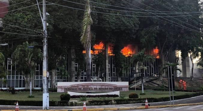 Sede do Tribunal de Justiça do CE foi consumido pelas chamas nesta segunda (6)