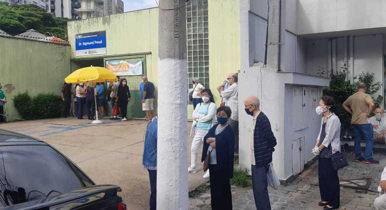 No Brasil, são mais de 195 milhões de pessoas 'comuns' esperando serem vacinadas