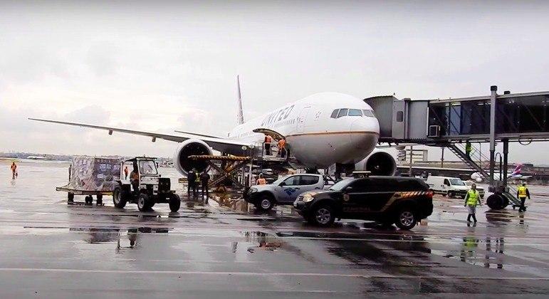 Chegada do lote de 1,5 milhão de vacinas da Johnson no Aeroporto de Guarulhos