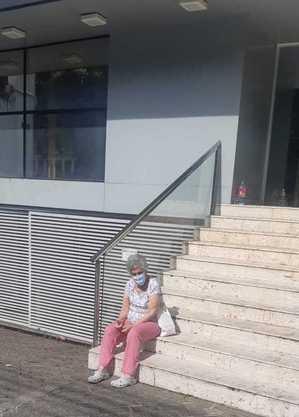 Idosos descansam em escadas