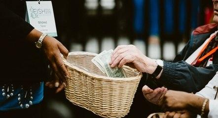 Ao contrário do que a imprensa incentiva, não são apenas as igrejas evangélicas que dependem das doações de fiéis, praticamente todas as religiões do mundo contam com a ajuda de seus membros