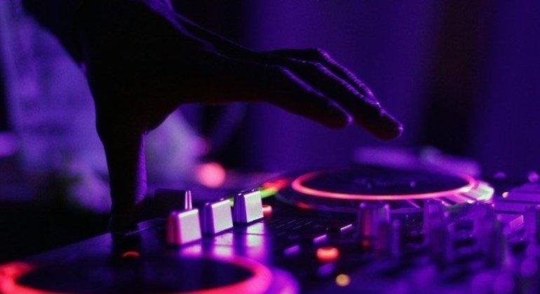 Apesar de restrições por causa da pandemia, Carnaval terá festas privadas com DJs e shows