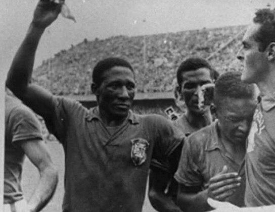 Djalma Santos - Visto por muitos como o melhor lateral-direito de todos os tempos e bicampeão mundial em 1958 e 1962, Djalma Santos morreu aos 84 anos em Uberaba, interior mineiro, em decorrência de uma pneumonia grave em 2013.