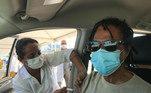 Djavan foi vacinado contra a covid-19 no dia 27 de março. O cantor e compositor de 72 anos recebeu a 1ª dose do imunizante e publicou o registro no Instagram. 'Vacina, sim!!! Viva o SUS!!! Use máscara mesmo depois de vacinar!', alertou