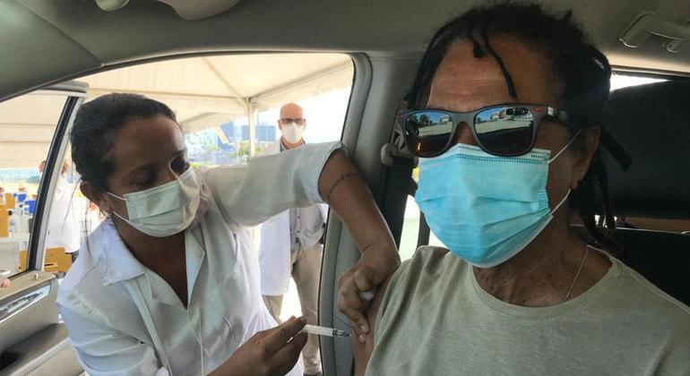 Cantor e compositor de 72 anos recebeu a 1ª dose do imunizante