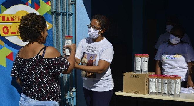 Moradores da comunidade da Vila Albertina receberam álcool em gel doado pela L'Óreal