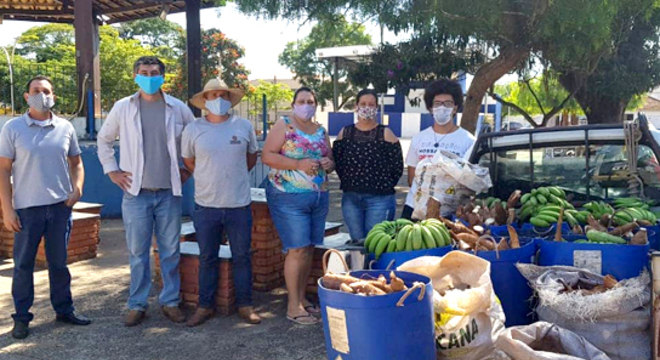 Voluntários organizam as doações de alimentos para Angatuba e Campina do Monte Alegre