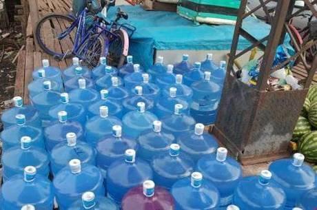 Galões de água e cestas básicas começaram a ser transportados para comunidades do Amapá