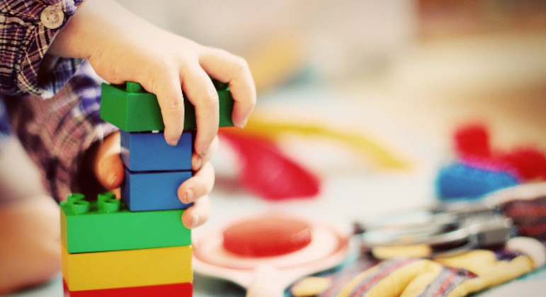 A infância perdendo a inocência diante de discussões precoces sobre gênero e sexualidade