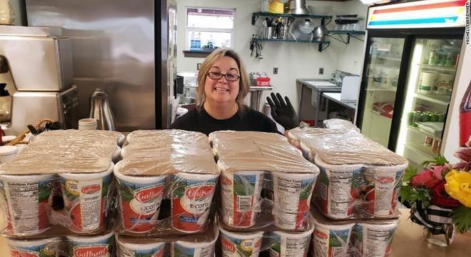 Michelle está alimentando centenas de pessoas durante o isolamento social