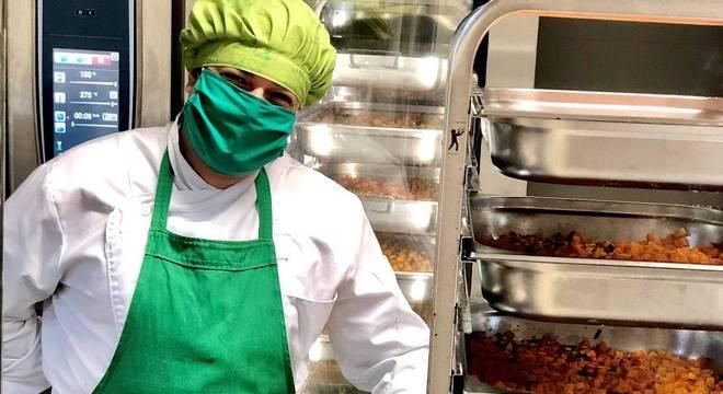 Chefs de cozinha, empresas e produtores distribuem marmitas à população carente