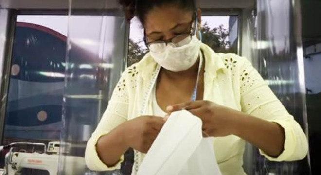 Máscaras de tecido para doação são confeccionadas por profissionais de costura