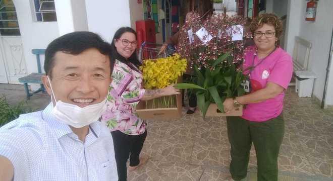 Fábio Kazunori, da Dan Orquídeas, decidiu doar 200 mil vasos da flor para asilos, instituições, moradores de rua e profissionais de saúde