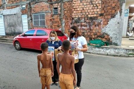 Kits de atividades são distribuídos para crianças