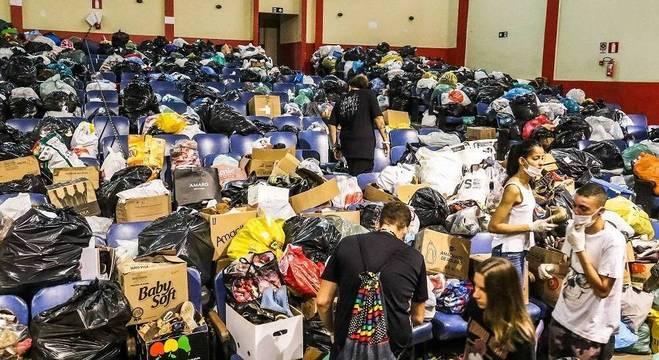 Voluntários separam doações em Brumadinho (MG)