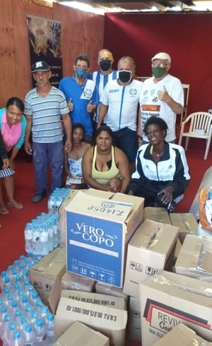 Famílias recebem cestas básicas