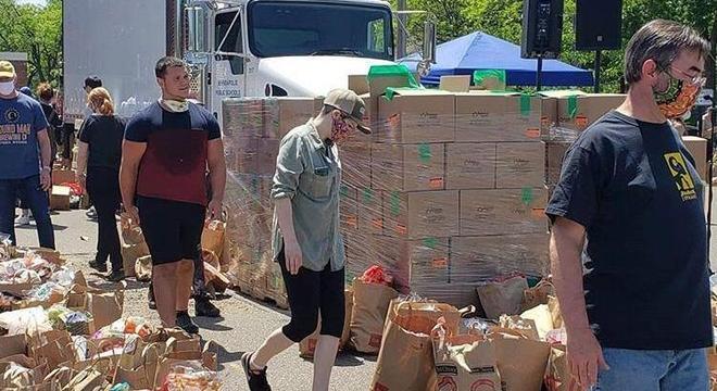 Voluntários ajudaram a organizar as doações