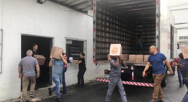 Material de ajuda humanitária é levado para distribuição