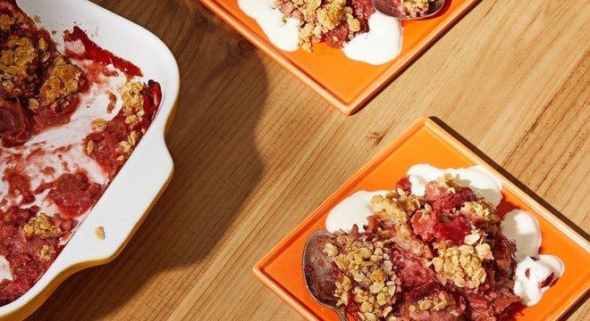 Ruibarbo é frequentemente usado em sobremesas na culinária britânica