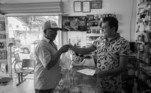 """Ivan Max Vieira Correia – à direita (Cavalcante/GO)– CRF/GO 11876Ivan Max éfarmacêutico em Cavalcante, cidade com 9.725 pessoas segundo o IBGE. Quandochegou na cidade, dormia sobre papelão dentro de um pequeno posto demedicamentos, mas a vontade de vencer na vida prevaleceu. Em 2008, entrou nafaculdade de farmácia e percorreu mais de 200 mil quilômetros até conquistar odiploma. Para ajudar aqueles que não sabem ler, desenha nas caixas de remédiosa forma de tomá-los. """"A pessoa chega aqui tão tristinha, murchinha. Aí você dáum sorriso, conversa, orienta e a pessoa sai sorrindo"""", diz Ivan, emocionado."""