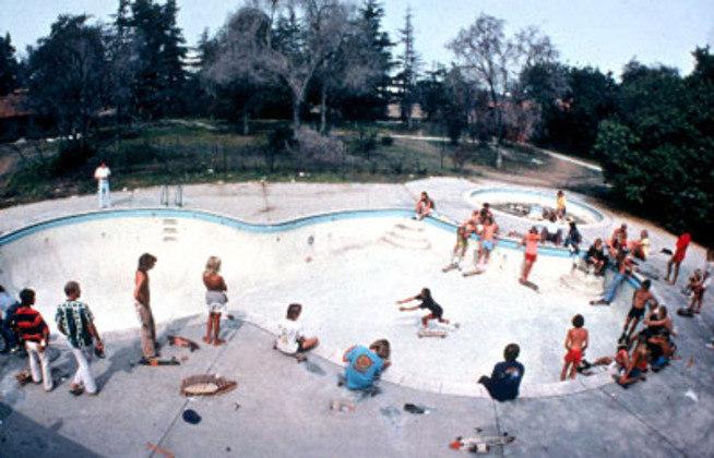 Dogtown and Z-Boys - Onde Tudo Começou (2001): este documentário celebra os 25 anos do grupo de jovens surfistas californianos que fundou as bases e revolucionou o skateboard. Os amigos viviam em uma área chamada Dogtown e o grupo era conhecido como Z-Boys, o que deu nome ao longa