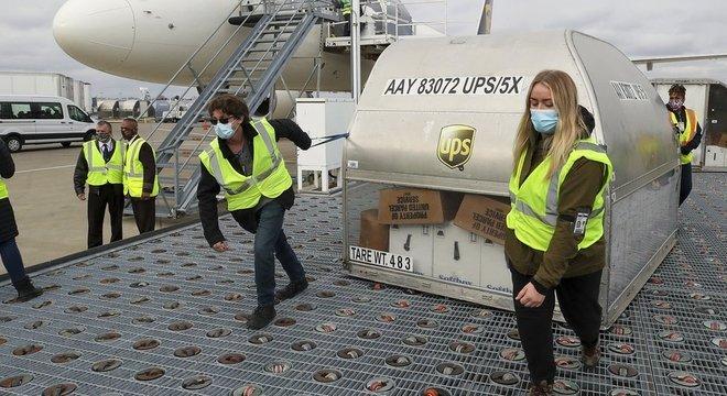 Aviões de carga e caminhões estão distribuindo doses da vacina Pfizer-BioNTech para os 50 Estados