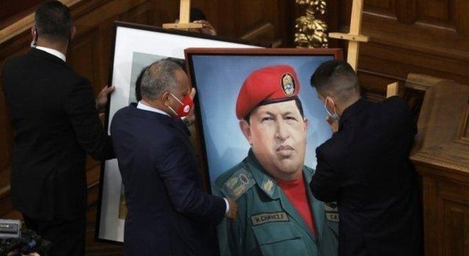 O retrato de Hugo Chávez está de volta à Assembleia Nacional