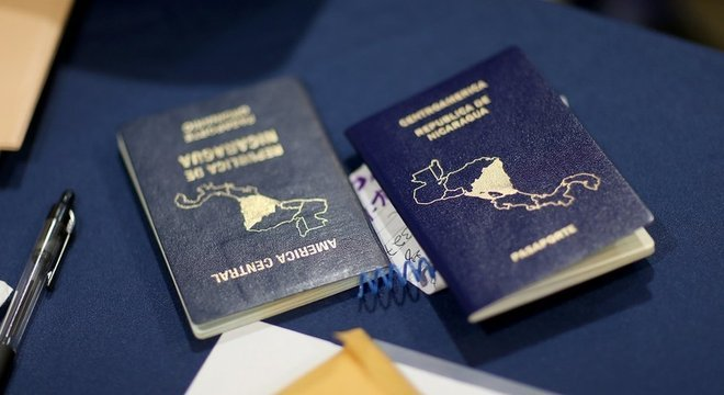 Passaportes da Nicarágua sobre mesa