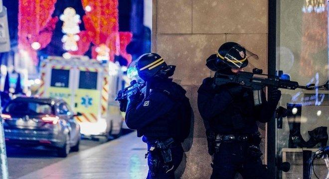 A segurança foi reforçada em todo o país depois de ataque em Estrasburgo, mas autoridades admitem que suspeito pode ter deixado o país