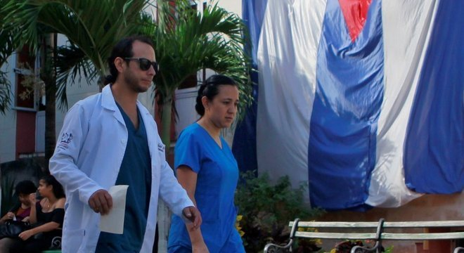 Médicos cubanos não farão mais parte do programa Mais Médicos após ameaças de Bolsonaro