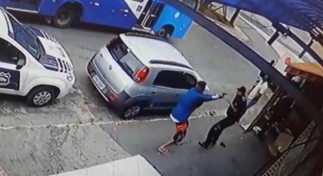 Suspeito e vigilantes foram feridos pelos disparos