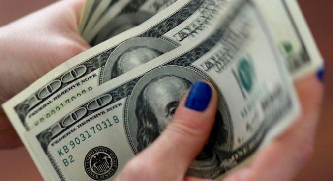 dólar iniciava a semana em alta contra o real nesta segunda-feira (29)