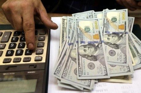 Dólar opera em alta nesta quinta e supera R$ 4,00
