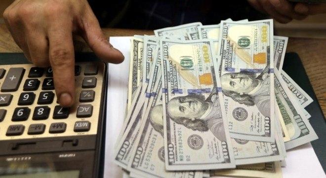 O dólar à vista terminou a sessão desta segunda-feira a R$ 3,8763 na venda