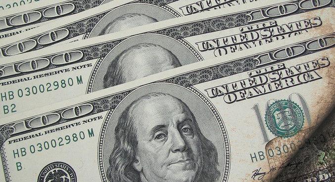 Dólar abre em alta nesta segunda-feira (28)