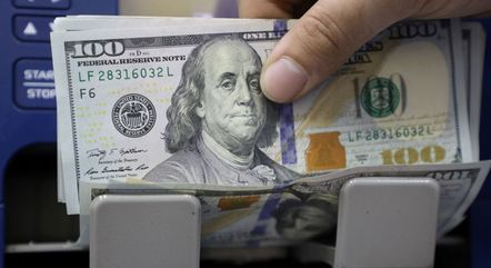 Dólar fechou em alta nesta segunda