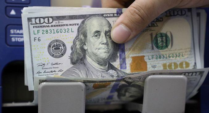 Dólar tinha leve queda ante o real nos primeiros negócios desta segunda-feira (12)