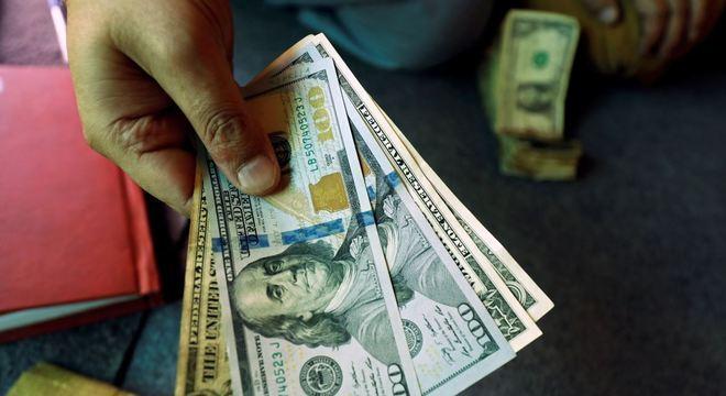 Dólar reverte queda e fecha em firme alta com piora externa
