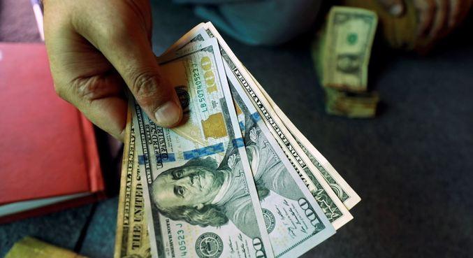 Dólar operava em queda contra o real na abertura desta segunda-feira (15)