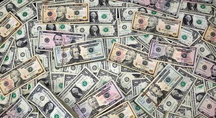Dólar opera no maior patamar desde o fim de abril
